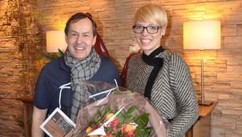 Philipp Locher bekommt Blumen überreicht von der stellvertretenden Chefredaktorin der Limmattaler Zeitung.