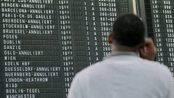 Die Anzeigetafel am Flughafen in Frankfurt zeigt viele annulierte Flüge