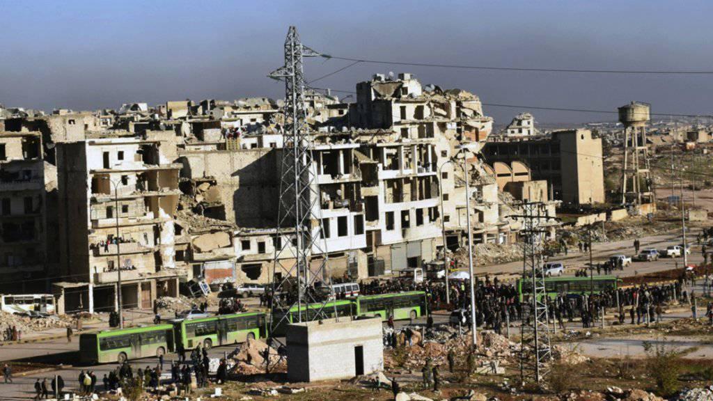 Abtransport aus Aleppo: Die Rebellennahe Hilfsorganisation Weisshelme liefert der UNO einen Bericht über Kriegsverbrechen während der Belagerung der syrischen Stadt.