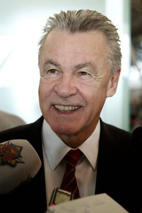 Ottmar Hitzfeld zeigt sich am Flughafen gut gelaunt - kein Wunder. Er führt die Schweiz zum zweiten Mal nach 2010 an die WM!