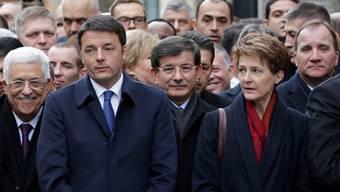 Protest gegen Terror: Ahmet Davutoglu (Mitte) am 11. Januar in Paris, vor ihm Bundespräsidentin Simonetta Sommaruga.