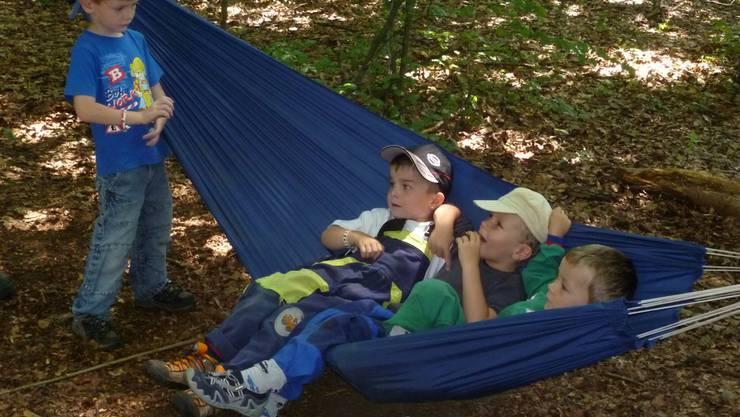 Glückliche Kinder in der Waldhängematte.