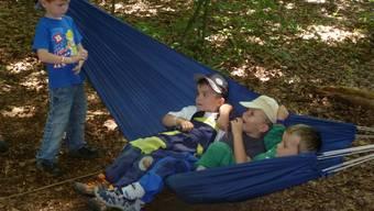 Die Waldhängematte ist eine willkommene Abwechslung für die Kinder.