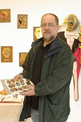 Plaketten aus seiner Privatsammlung hat Pierre Elmer übergeben.