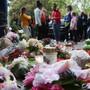 Blumen liegen vor dem Haus in Solingen, in dem am Vortag die fünf toten Kinder aufgefunden worden waren. Foto: David Young/dpa