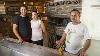Antonio (r.) und Carlos Figueiredo mit Ehefrau Sofia Sousa bedienen bald in der «Warteck».