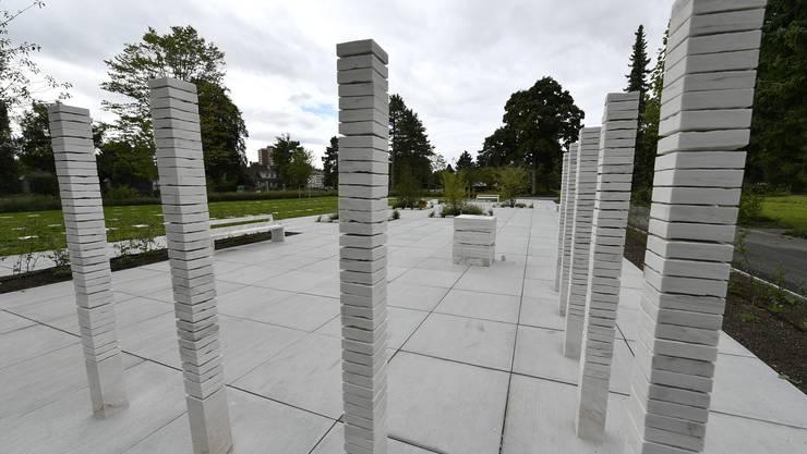 Die neue Grabanlage auf dem Friedhof Grenchen: Vorne das Gemeinschaftsgrab, links die Wiesengräber und hinten die Baumgräber.