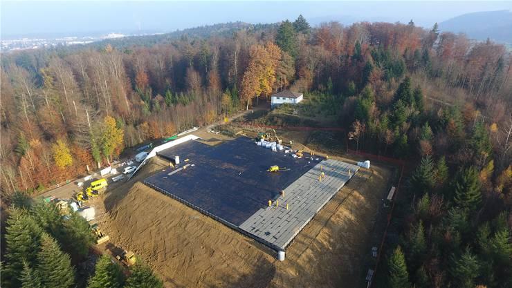 Das riesige neue Reservoir im Gönhard-Wald Ende November. Damals waren Abdichtungsarbeiten im Gang.zvg