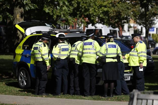 Ein Grossaufgebot an Rettungskräften und bewaffneter Polizei war innert weniger Minuten zur Stelle.