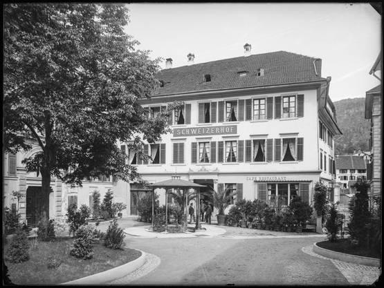 Der Badener Kurplatz,mit Hotel Schweizerhof (ex Raben) und  Staadhof (hinter der Linde) um 1900.