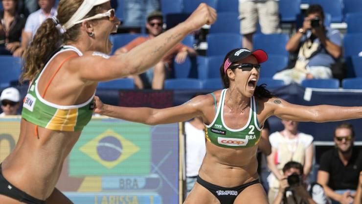 Larissa (links) und Talita bejubeln ihren Turniersieg im Gstaader Sand