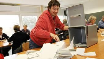 Am Sonntag machen sich die Stimmenzähler an die Arbeit. Die meisten Stimmenzettel kommen per Post.