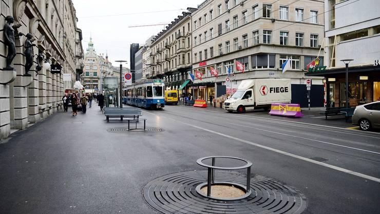 Ungewohnter Anblick: Die baumlose Zürcher Bahnhofstrasse in ihrem mittleren Abschnitt.