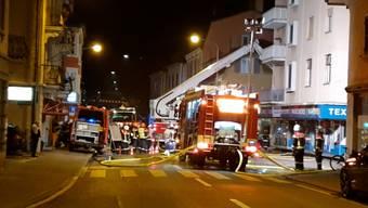 Dienstagnacht brach in einer Wäscherei an der Landstrasse ein Feuer aus, das grossen Sachschaden verursachte. Die Feuerwehr konnte verhindern, dass die Flammen weiter auf das Gebäude übergriffen. Verletzt wurde niemand.