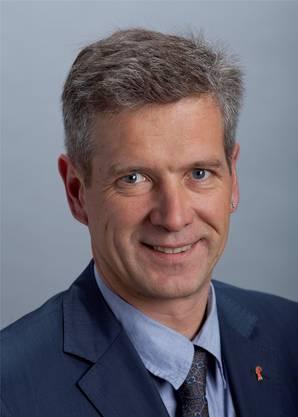 Gefragt nach seinen Erfolgen in der auslaufenden Legislatur zeigt sich Thomas de Courten bescheiden. «In Bern werden Erfolge im Team erarbeitet, kaum jemand kann ein Resultat allein für sich beanspruchen. Das tue auch ich nicht.» Beigetragen habe er aber dazu, dem Bundesrat einen Masterplan zur Stärkung des Forschungs- und Innovationsstandortes Schweiz abzuringen, einen Standort des Schweizer Innovationsparks in der Nordwestschweiz zu etablieren, zusätzliche Mittel aus dem Agglomerationsprogramm für Baselland zu sichern und bürokratische Überregulierungen zu verhindern. Seine Schwerpunkte würde der 2011 gewählte Parlamentarier in den kommenden vier Jahren wie bisher setzen: Wirtschaft, Sozialversicherungen und Berufsbildung. In Sachen Wirtschaft liege sein Fokus auf der Deregulierung und im Abbau bürokratischer Hürden und Auflagen. «Dazu habe ich noch einige Vorstösse hängig, die ich weiter bearbeiten und zum Erfolg führen möchte», so der 49-Jährige. «Mein Credo bleibt: Für jede neue Vorschrift muss zuerst eine bestehende abgebaut werden.» In Sachen Sozialversicherungen möchte sich de Courten in der nächsten Legislatur darauf fokussieren, die Rentenleistungen zu sichern, ohne die Wirtschaft zusätzlich zu belasten. «Also ohne Mehrwertsteuererhöhung und ohne zusätzliche Arbeitgeber- oder Arbeitnehmerbeiträge.» In der Berufsbildung setzt sich der einstige Landrat für bessere Rahmenbedingungen für KMU als Lehrbetriebe ein. Für die Region wünscht sich der ehemalige Leiter der Wirtschaftsförderung Baselland, dass ihr volkswirtschaftliches Leistungs- und Innovationspotenzial anerkannt wird. «Und dann wäre da noch mein Dauerziel: die Sicherung der Selbstständigkeit des Baselbiets. Wir dürfen das Endziel eines Vollkantons nicht aus den Augen verlieren.» (jug)