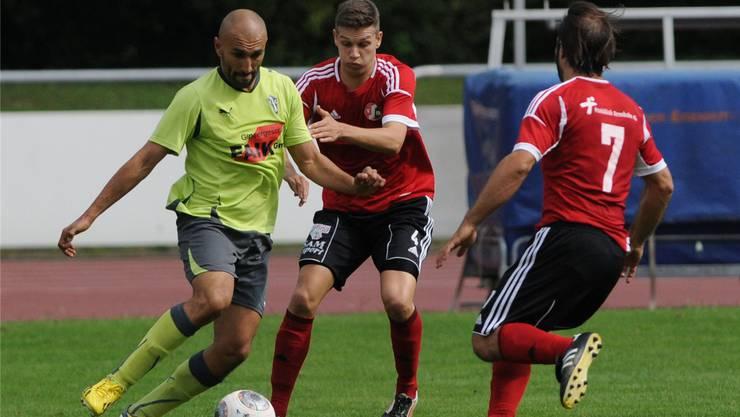 Laufens Olivier Boumelaha gegen die Muttenzer Fabio Gisler und Daniele Zanfrini (rechts). Sportives