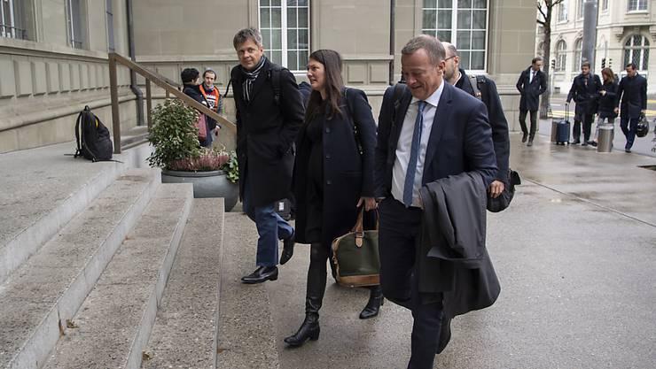 GLP-Parteipräsident Jürg Grossen (links), GLP-Fraktionschefin Tiana Angelina Moser (Mitte) und BDP-Parteipräsident Martin Landolt (rechts) auf dem Weg zur Konsultation bei Bundesrat Ignazio Cassis zum institutionellen Rahmenabkommen mit der EU.