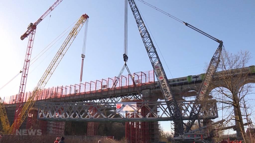 Kran hebt 350 Tonnen schwere Brücke auf Gerüst