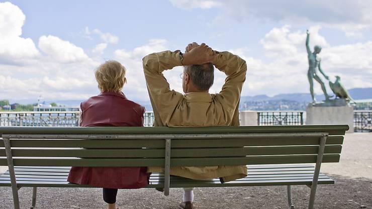 Sie erhalten künftig maximal 20 Franken mehr AHV pro Monat: Rentnerpaar auf einer Parkbank am Bürkliplatz in Zürich.