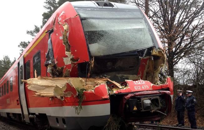Der Regionalexpress Bayreuth-Nürnberg kollidierte mit einem umgefallenen Baum.
