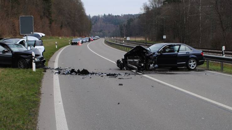 Bei dem Unfall in Schaffhausen wurden vier Personen zum Teil schwer verletzt, zwei Autos erlitten Totalschaden.