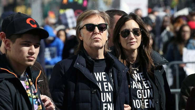Ex-Beatle Sir Paul McCartney (l) und seine Frau Nancy Shevell sind Opfer eines Einbruchs in ihre Wohnung geworden. (Archivbild)
