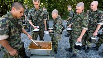 Nicht allen Rekruten oder Soldaten schmeckt das Essen: Bisher waren sie auf ein Fresspäckli angewiesen.Martin RÜtschi/key