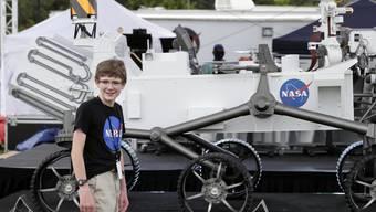 """Alexander Mather aus Burke, Virginia, wird die Marsmission wohl besonders gespannt verfolgen. Er hat dem Rover (hier ein Modell) im Rahmen eines Wettbewerbs den Namen """"Perseverance"""" gegeben."""