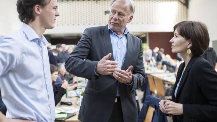Bastien Girod (links) im Gespräch mit dem deutschen Politiker Jürgen Tritten (Mitte) und Präsidentin Regula Rytz (rechts) an der Delegiertenversammlung der Grünen in Frauenfeld TG.