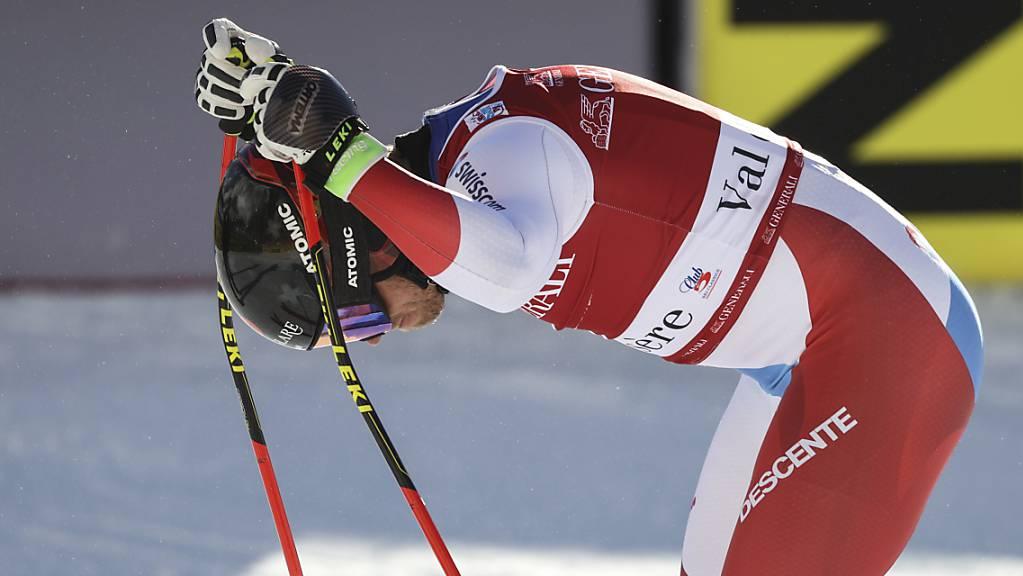 Mauro Caviezel stützt sich im Zielraum in Val d'Isère auf seine Skistöcke. Bei einem Zwischenfall während der Abfahrt verletzte sich der 32-jährige Bündner die linke Hand.