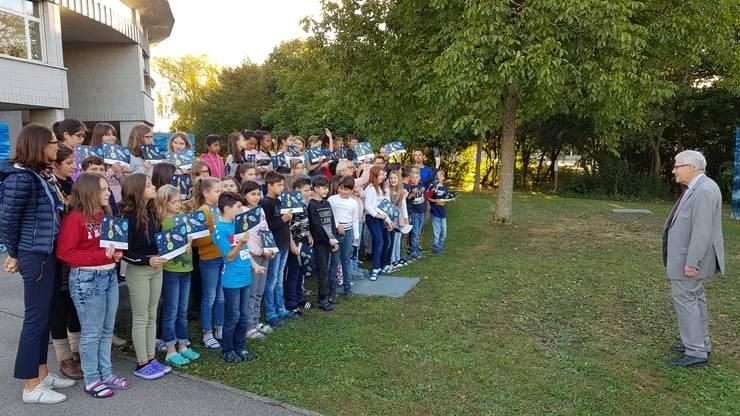 Kurt Fluri gratulierte den Kindern für Ihre Leistung und lobte sie dafür, dass sie während den zwei Wochen jeden Tag zu Fuss zur Schule gekommen sind.