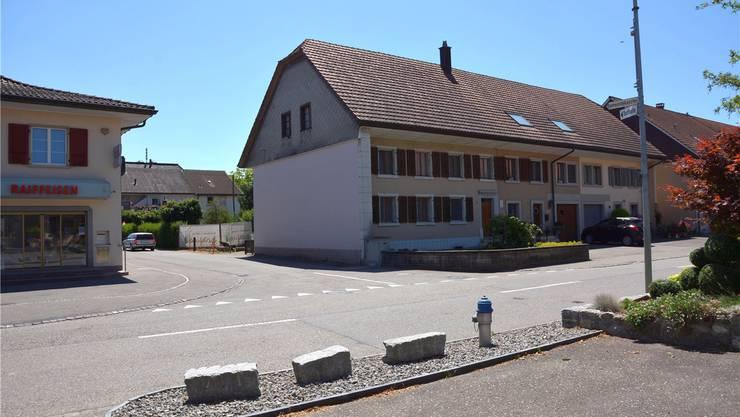 Während des Rückbaus des rund 10 Meter langen Wohnhauses (bis Eingangstür) wird die Einfahrt von der Dorfstrasse in die Allendstrasse für den Verkehr gesperrt.