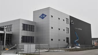 Aus ETA wird «R.W»: Das ehemalige ETA-Werk 18 an der Flughafenstrasse wurde in den letzten Tagen neu beschriftet.