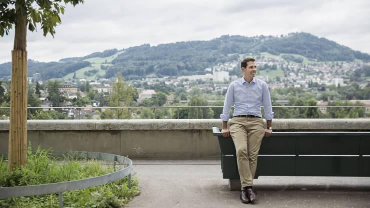 Thierry Burkart auf der Bundesterrasse – an schönen Tagen reicht der Blick hier bis weit in die Berner Alpen.