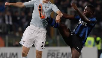 Lazios Stephan Lichtsteiner (l.) im Zweikampf mit Inters Sulley Ali Muntari