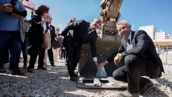 Kaum mit dem Aufbau begonnen und schon hagelts Kritik: Nicolas Bideau, Direktor Präsenz Schweiz (rechts), und Emanuele Rossetti, CEO der Baufirma Nüssli Italia, bei der Grundsteinlegung für den Schweizer Pavillon letzte Woche an der Expo Milano 2015.