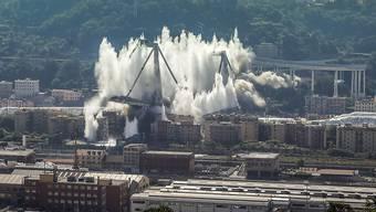 Nach der Sprengung der letzten beiden Pfeiler der Unglücksbrücke hängt eine Staubwolke über Genua.