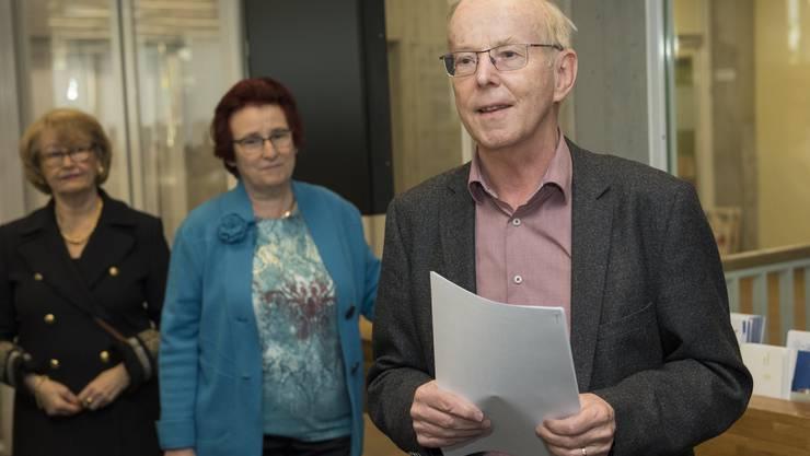 Der abtretende Stadtpräsident Toni Brühlmann-Jecklin, SP, präsentiert die Wahlergebnisse, Schlieren.