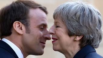 Die Harmonie ist nur vordergründig: In Sachen Brexit sind sich der französische Präsident Macron und die britische Premierministerin May alles andere als einig (beim Empfang im Elysée-Palast in Paris).