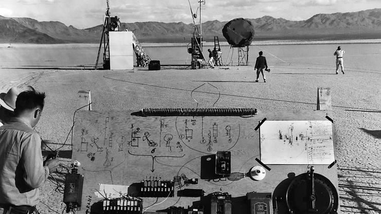 """Dass performative Kunst kein Zufallsprodukt ist, zeigt dieses Foto der sorgfältigen Vorbereitungen von Jean Tinguelys Feuer-Werk-Happening namens """"Study for an End of the World No. 2"""" von 1962."""