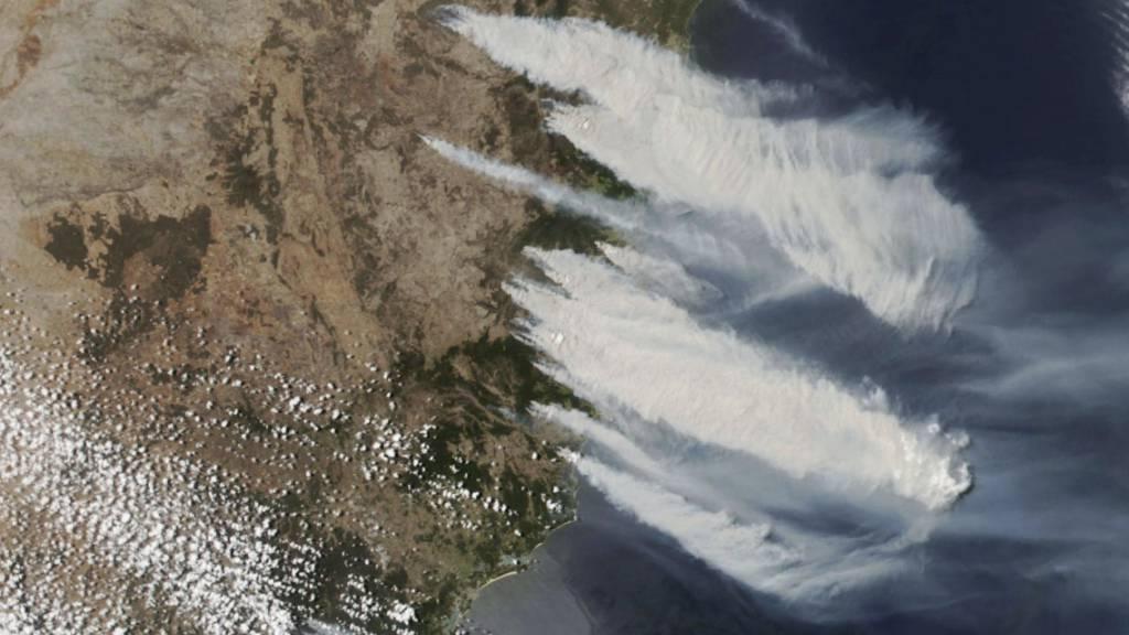 Luftaufnahme von den Buschbränden im Osten Australiens nördlich der australischen Metropole Sydney.