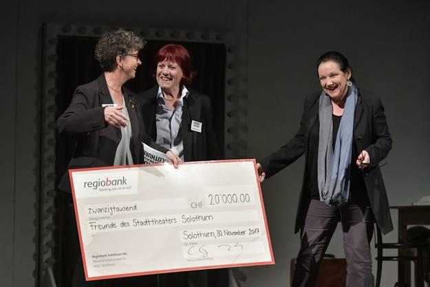 Der Verein übergab dem Stadttheater einen Check über 20 000 Franken (v.l.): Claudia Eng, Madeleine Elmer und Katharina Rupp.