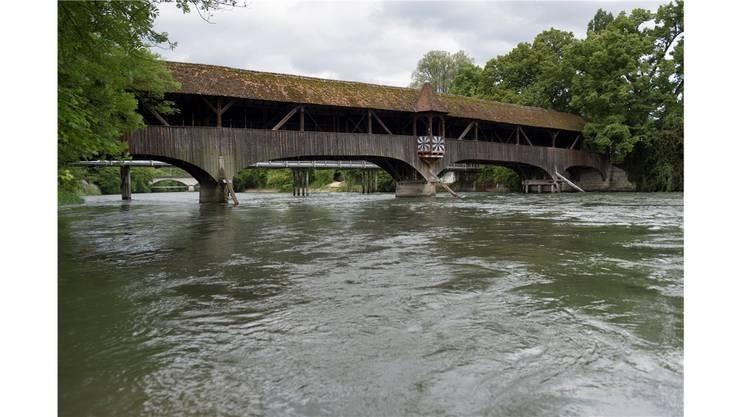 Die Holzbrücke wurde im Jahr 1921 gebaut und wird nun renoviert. Asp