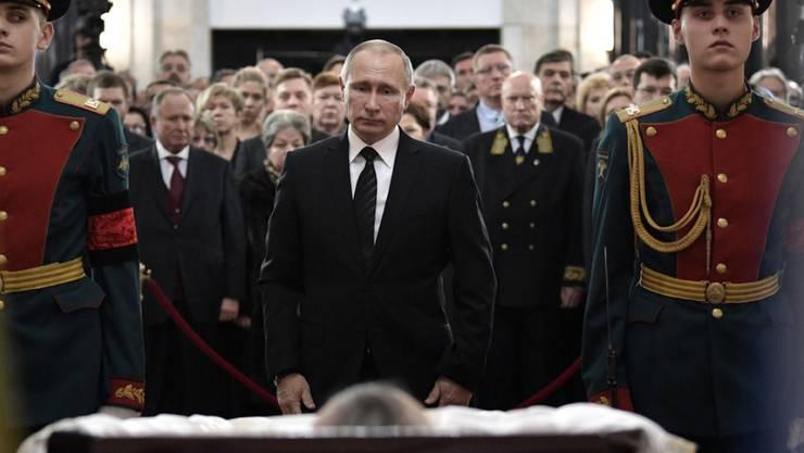 Wladimir Putin am Donnerstag in Moskau am offenen Sarg des in Ankara ermordeten Botschafters Andrej Karlow.