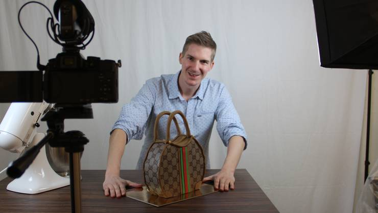 In seinem selbst gebauten Studio im Keller dreht Marcel Paa die Youtube-Videos mit Tipps zum Backen – wie dieser Handtaschentorte.