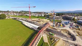 Die Fussgängerüberführung ist erstellt, der Tunnelbau für die Südwestumfahrung von Sins geht planmässig voran und soll bis 2022 abgeschlossen sein.