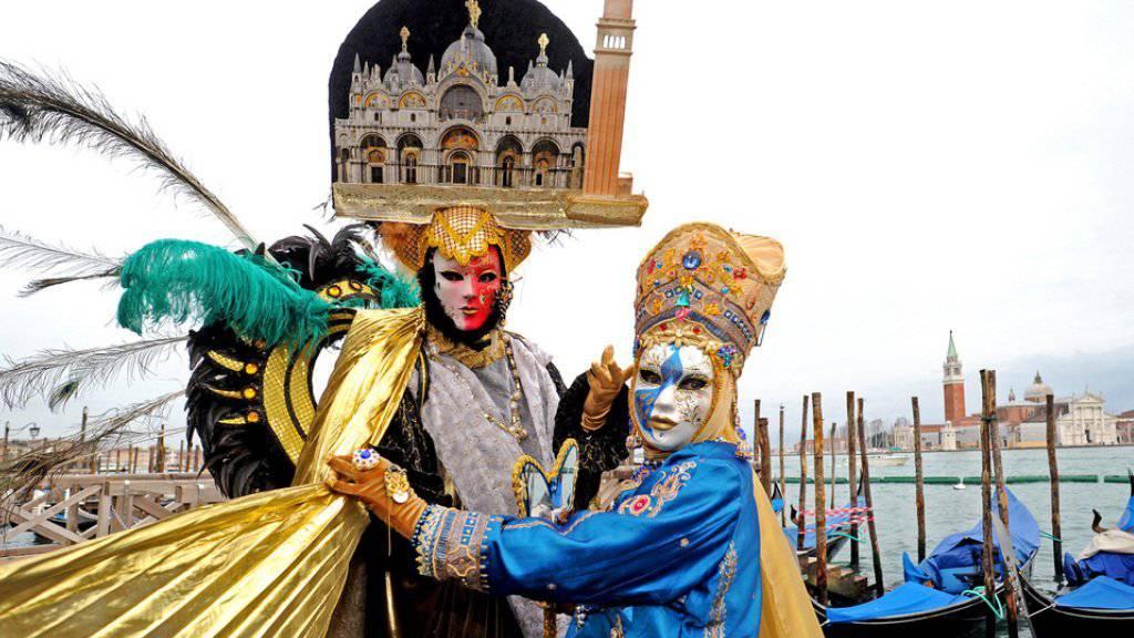 Mit farbenfrohen Masken, Kostümen und Musik verwandelte sich Venedig wieder in den Schauplatz für eine der berühmtesten Karnevalsfeiern der Welt (Archiv).