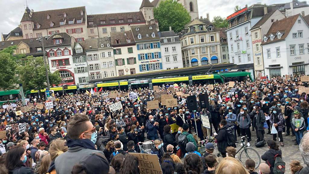 Über 2'000 Menschen protestieren in Basel gegen Rassismus