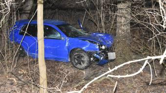 Das Auto des 22-jährigen war rund 30 Meter einen Abhang hinunter gerutscht und im Dickicht zum Stehen gekommen.