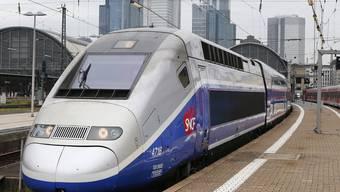 Ein französischer Alstom-TGV in Deutschland: Der französische Konzern Alstom und das deutsche Unternehmen Siemens legen ihre Bahnsparte zusammen. (Archiv)